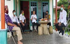 Anggota Polsek Kahayan Hulu Utara Amankan Kunjungan Bupati Gunung Mas ke Kecamatan Damang Batu