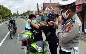 Polres Gunung Mas Bersama Milenial Tangguh Bagikan Ribuan Masker untuk Warga