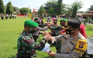 Polres Barito Timur Gandeng Ormas Bagikan Masker