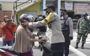 Polres Katingan Bersama TNI, Pemda, dan Ormas Bagi Masker Cegah Covid-19