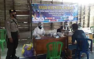 Personel Polsek Pulau Petak Kawal Pelaksanaan Rapid Test Massal di Desa Saka Lagun
