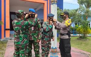 Polres Kotawaringin Barat Bagikan Masker Berlogo TNI Polri