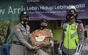 Polwan Polres Katingan Bagikan 60 Paket Sembako kepada Warga Kurang Mampu