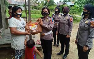 Polwan Polres Gunung Mas Bagi-Bagi Sembako