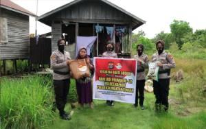 Polwan Polres Kapuas Berikan Bantuan Untuk Warga Kurang Mampu Dalam Rangka Ini