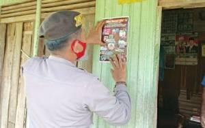 Personel Polres Kapuas Pasang Stiker Imbauan Pencegahan Covid-19