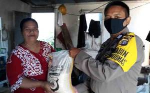 Polsek Katingan Kuala Bagikan Beras untuk Warga Kurang Mampu
