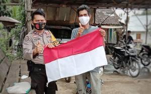 Polsek Dusun Tengah Bagi Bendera Gelorakan Semangat Nasionalisme