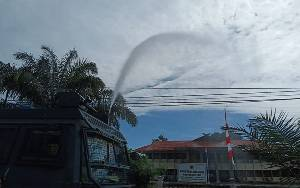 Polres Bartim Semprotkan Disinfektan di Kantor KPU dan Bawaslu