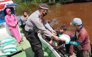 Polsek Kahayan Hilir Susur Sungai Bagikan Sembako Sambut HUT RI