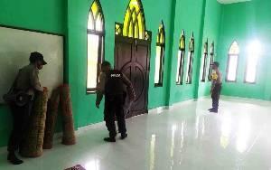 Satbimnas Polres Seruyan Gotong Royong Bersihkan Rumah Ibadah Cegah Covid-19