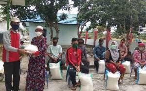 Warga Desa Bangun Harja Terima Bantuan Beras Tahap Kedua