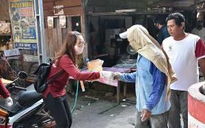 Petugas Gabungan Bagikan Masker di Sela Penyemprotan Disinfektan di Kawasan Pasar
