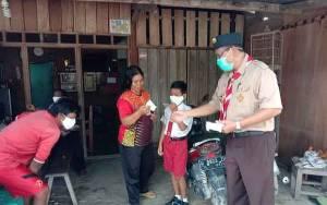 Peringati HUT Ke 59, Kwartir Ranting Kobar Bantu Cegah Covid-19 Dengan Bagikan Masker