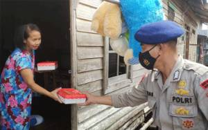 Satbrimob Polda Kalteng Sumbang Paket Makanan untuk Warga Kurang Mampu