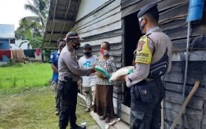 Warga Kurang Mampu di Desa Mantaren II Dapat Bantuan Beras dari Polsek Kahayan Hilir