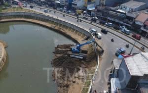 Antisipasi Banjir, Dinas SDA Jakarta Pusat Mengeruk 3 Sungai