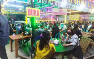 Pengunjung Kafe di Palangka Raya Dinilai Abaikan Protokol Kesehatan