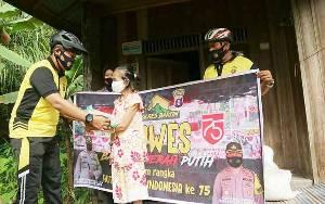 Semarak HUT Kemerdekaan RI, Kapolres Barito Timur Bersepeda Bagikan Bansos