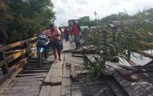 Lantai Jembatan Dusun Karang Anyar Jebol Pasca Dilintasi Truk Angkutan Pasir