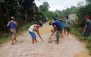 Kebersamaan Warga Desa Runggu Raya Gotong-royong Perbaiki Jalan Rusak