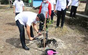 Bupati Lamandau dan FKPD Tanam Bibit Buah di Ponpes Izharul Ulum