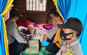 Polsek Katingan Kuala Bagikan Beras kepada Warga Kurang Mampu Memperingati HUT RI ke 75