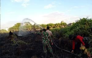 Anggota Polsek Katingan Hilir Turut Padamkan Kebakaran Lahan Bersamb Tim Gabungan