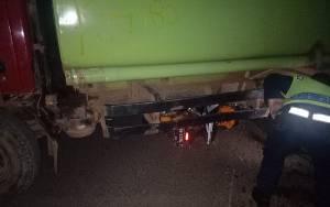 Pengendara Motor Tewas Setelah Tabrak Truk Tangki yang Berbelok Arah di Jalan Jendral Sudirman Sampit