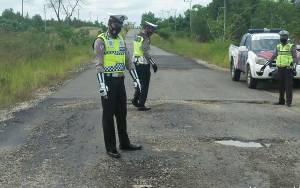 Anggota Satlantas Polres Katingan Cek Jalan Rusak