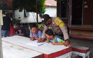 Personel Polsek Banama Tingang Dukung Anak Sekolah dengan Voucher Wifi Gratis
