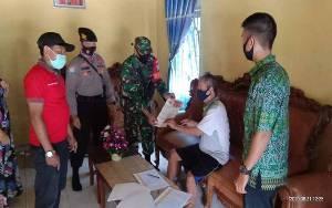 Babinsa dan Bhabinkamtibmas Pantau Penyaluran BLT Desa Tumbang Empas Secara Door To Door
