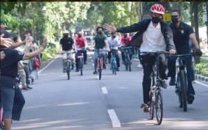 Gowes Ditemani Kaesang, Jokowi Bagikan Masker di Kebun Raya