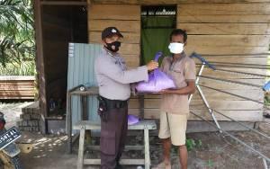 Polsek Manuhing Berikan Beras untuk Warga Kurang Mampu