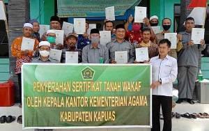Kemenag Kapuas Serahkan 62 Sertifikat Tanah Wakaf ke Nazhir