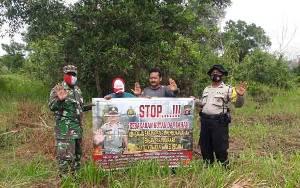Babinsa dan Babinkamtibmas Bukit Tunggal Laksanakan Komsos Cegah Kebakaran Lahan
