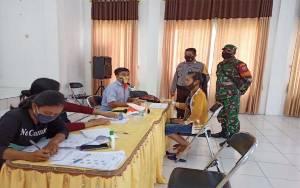 Babinsa Koramil Sepang dan Bhabinkamtibmas Polsek Sepang Kawal Pendistribusian BLT dari Kementerian Sosial