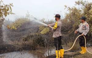 Kekompakan Polres Kobar Bersama Tim Satgas Karhutla Padamkan Kebakaran Lahan Sawit Warga