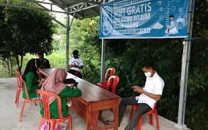Pelajar Antusias Gunakan Wifi Gratis yang Disediakan Kecamatan Kapuas Timur