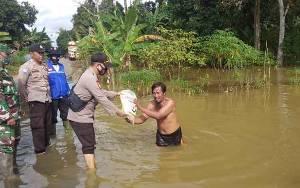 Kapolsek Katingan Tengah Salurkan Bantuan Sembako untuk Warga Terdampak Banjir