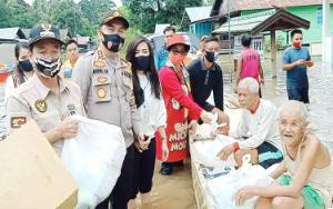 Bupati Katingan Bagikan Sembako untuk Warga Terdampak Banjir
