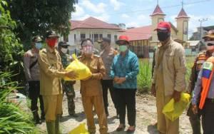 Bupati Katingan dan Unsur Forkopimda Serahkan Bantuan Sembako Untuk Warga TSG