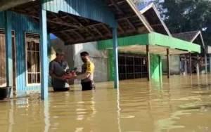 Polsek Mentaya Hulu Bagikan Sembako kepada Masyarakat Korban Banjir