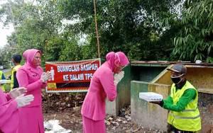 Bhayangkari Cabang Kobar Bagikan Nasi Kotak Gratis ke Kaum Dhuafa