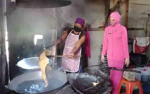 UP2K Desa Pangkalan Dewa Produksi Kerupuk Raksasa Berbahan Dasar Sorgum