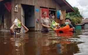Ketua PKS Rela Basah Demi Salurkan Bantuan Warga Terdampak Banjir