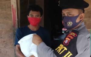 Polisi Salurkan Bantuan Beras untuk Warga Terdampak Pandemi Covid-19 di Gunung Mas