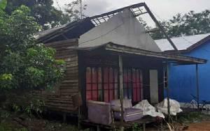 Angin Puting Beliung Rusak Rumah Warga di Desa Mawar Mekar Kapuas