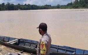 Personel Polsek Banama Tingang Pantau Debit Air Sungai Kahayan