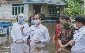 Bupati Katingan Rela Basah Saat Kunjungi Warga Terdampak Banjir di Kamipang
